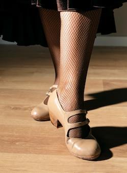 Крупным планом элегантная женщина позирует с каблуками