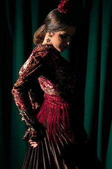 Красивая танцовщица, глядя вниз