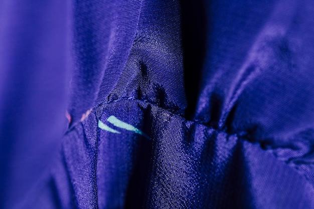 Детали на синей блузке из шелка