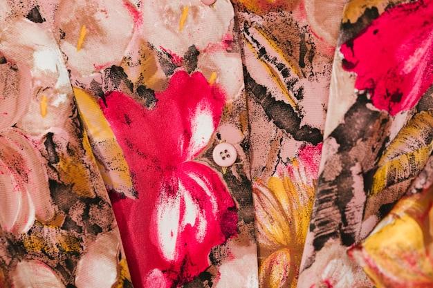 花のクローズアップとカラフルなシャツ