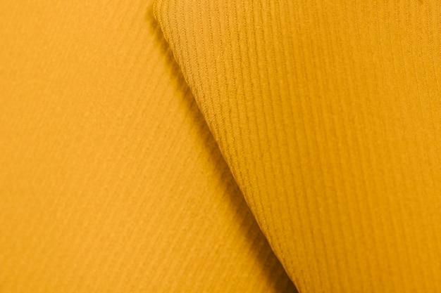 質感のある黄色の襟のクローズアップ
