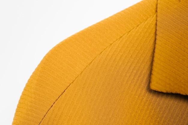 織り目加工の黄色いコートのクローズアップ