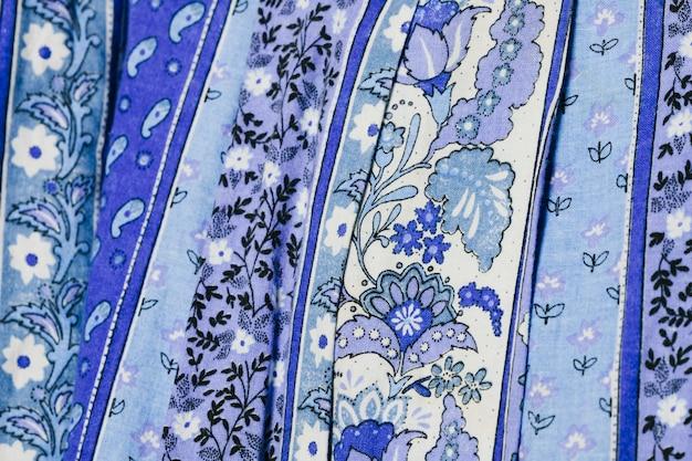 青い布の上の花のパターン
