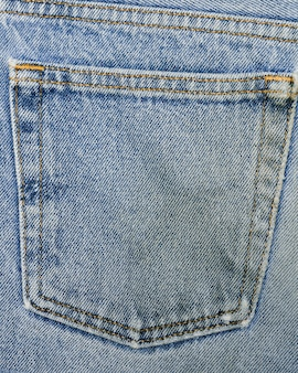 Задний карман на джинсах крупным планом