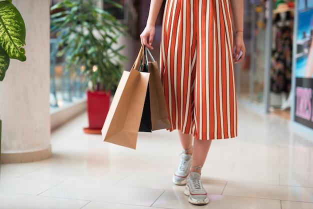 Крупным планом женщина в спецодежде ходьбе