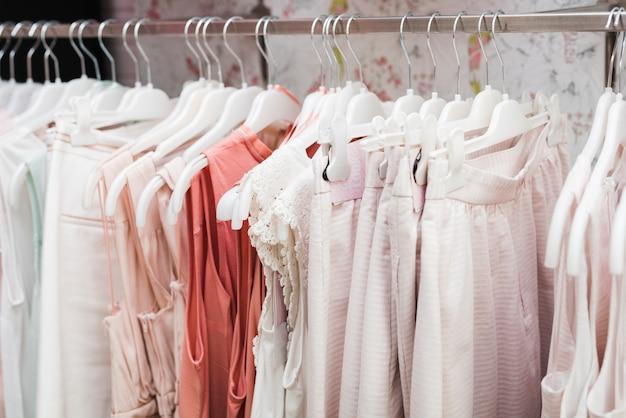 Макро одежда на вешалках
