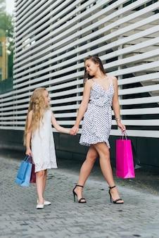 彼女の娘と歩くサイドビュー母