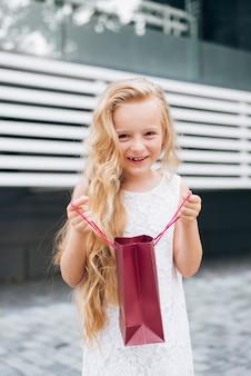 ミディアムショットブロンドの女の子笑顔