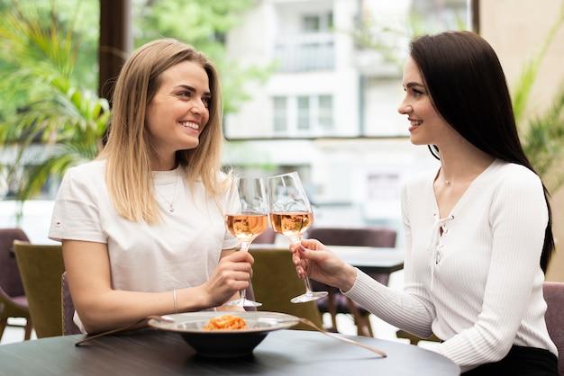 バラのワインで乾杯する女の子