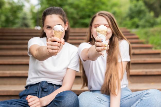 バニラアイスクリームと正面の友達