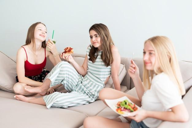 家で食べる親友