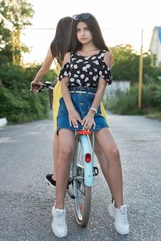 友達が一緒に自転車でポーズ