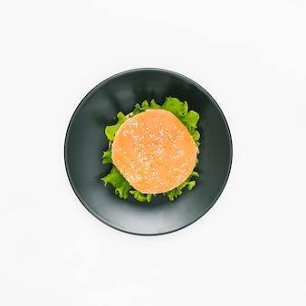Плоский бургер на тарелке