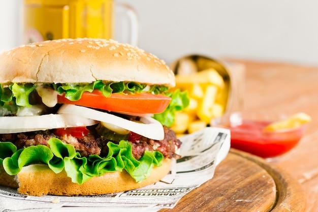ハンバーガーとフライドポテトの木の板のクローズアップ