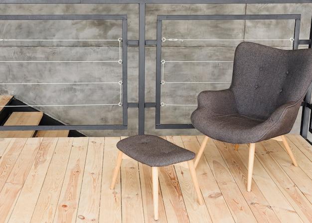 Элегантное современное кресло и табуретка