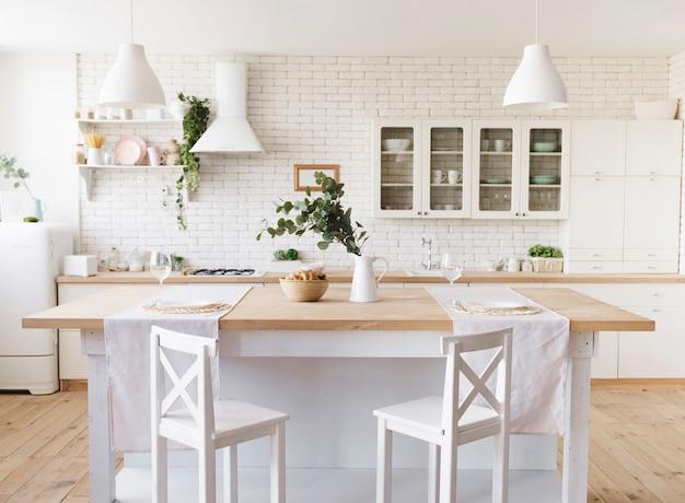 Яркая уютная современная кухня с островом