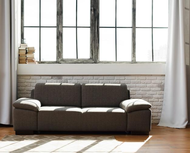快適なソファー付きの明るくモダンなリビングルーム