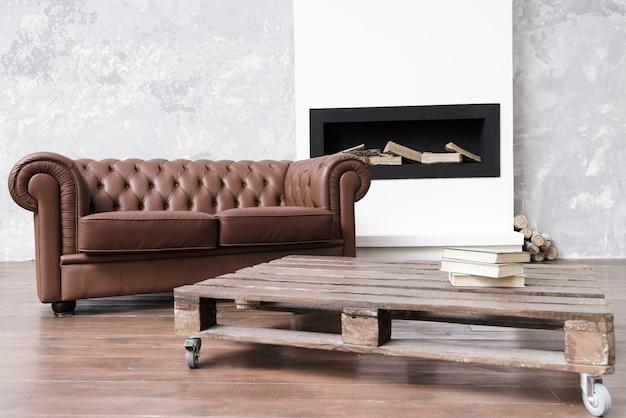 Современная минималистская гостиная с кожаным диваном и камином
