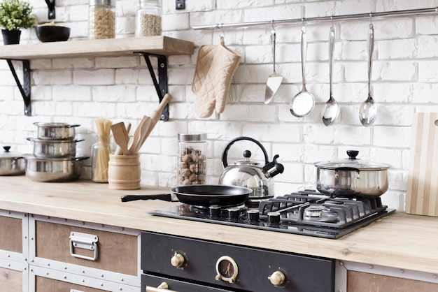 スタイリッシュなモダンなキッチンのクローズアップストーブ