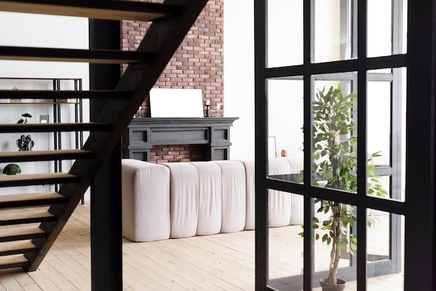 Современная элегантная гостиная с камином