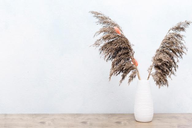 花瓶に乾燥植物の装飾