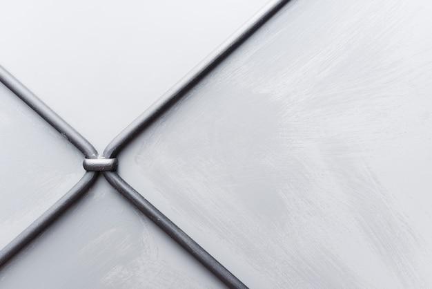 金属線と白い織り目加工の壁の背景