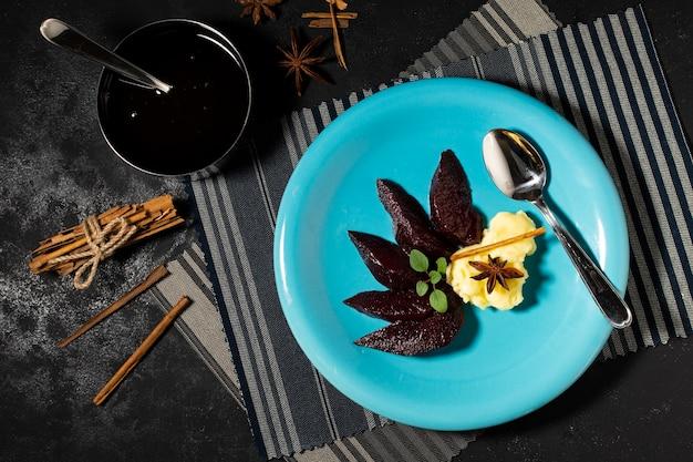 Вкусный десерт из черного желе на тарелке