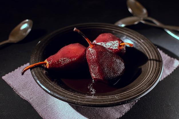 Вкусные карамелизированные груши в тарелке