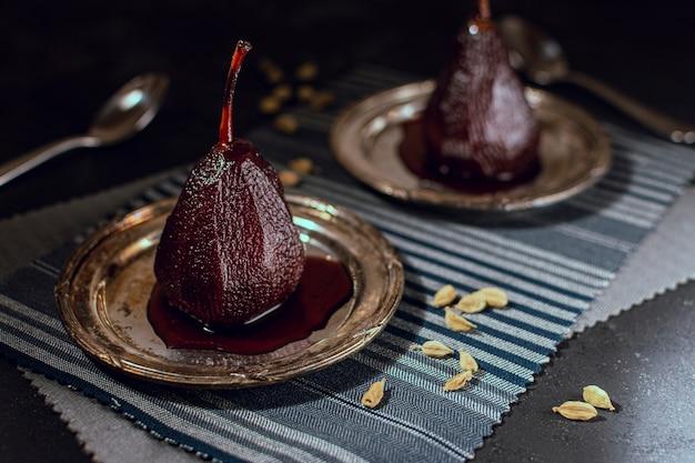 テーブルの上のカラメル梨