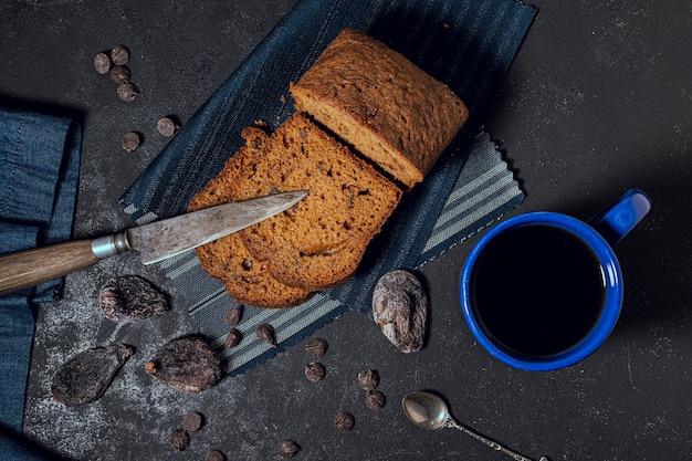 Вид сверху вкусного печеного торта и горячего шоколада