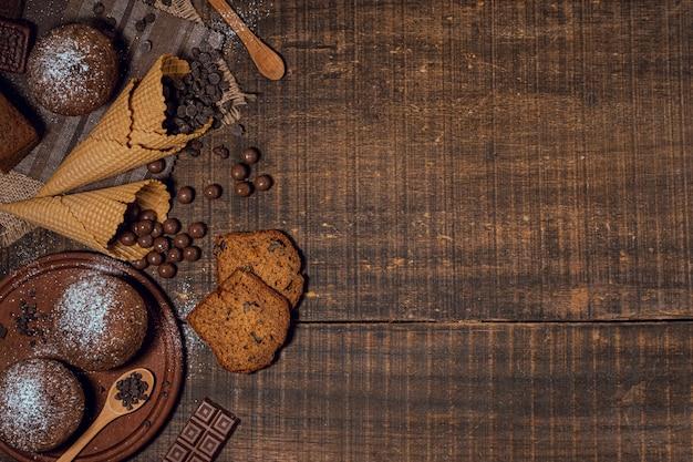 Вид сверху вкусного ассортимента сладостей