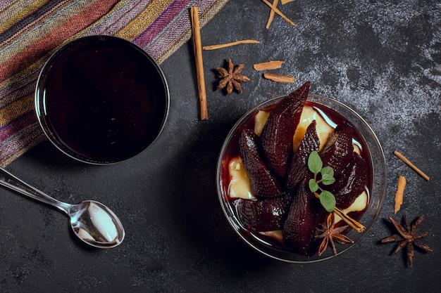Чаши, полные вкусного желейного соуса и сливок