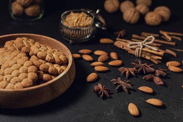 Ассорти из закусок с орехами и печеньем