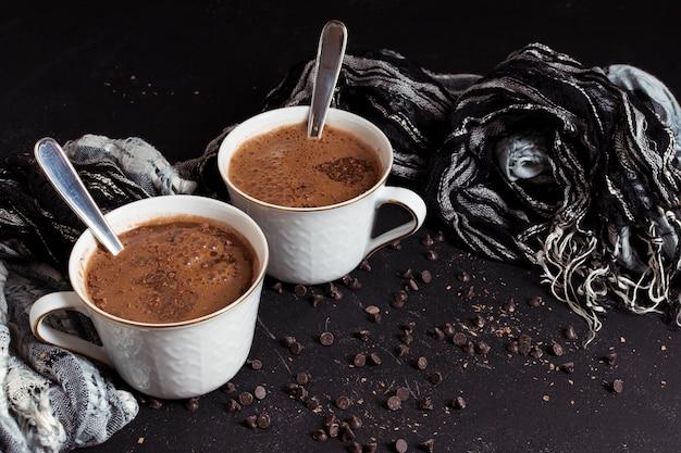 Горячий сладкий шоколад в белых чашках