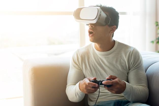 仮想現実のゲームを楽しんでいる人