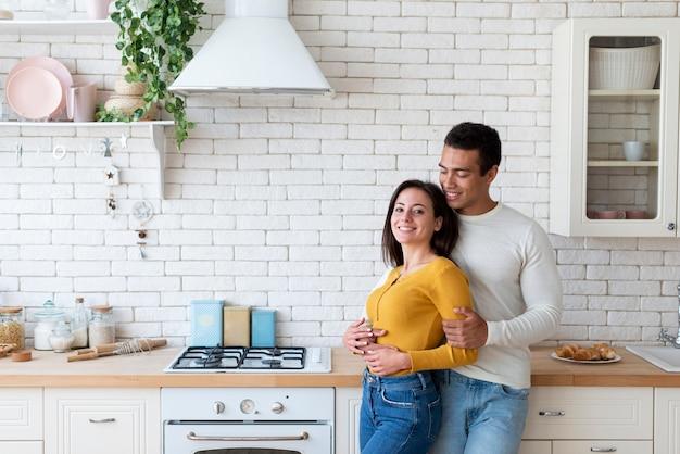 台所でカップルのミディアムショット
