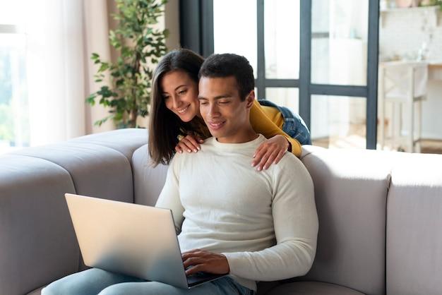 ノートパソコンを見てカップル
