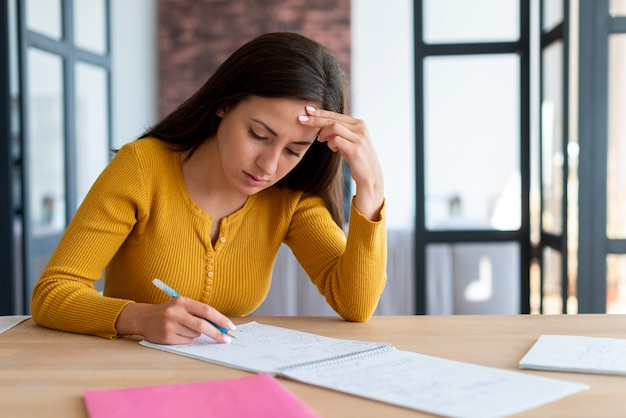 彼女の論文に取り組んでいる女性