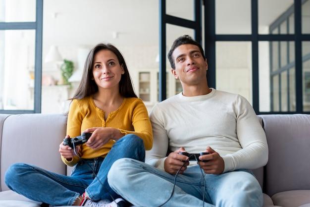 Пара вместе играет в видеоигры