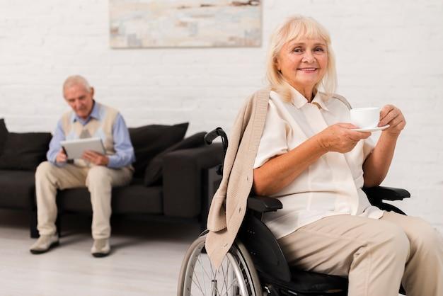 老人ホームでフロントビュー老人と女性