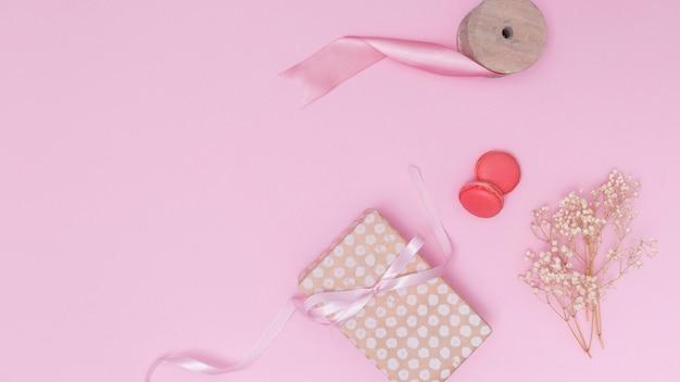 誕生日を祝うためのピンクのアレンジメント