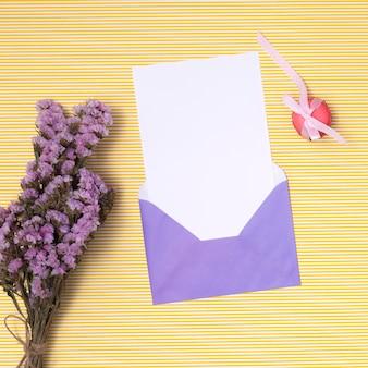平干し紫色の誕生日の招待状のモックアップ