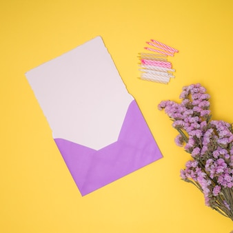紫色の招待状は黄色の背景とモックアップ