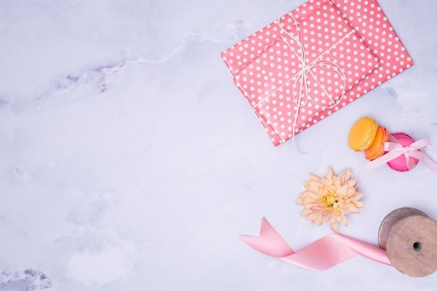 大理石の背景に平らなレイアウトの乙女チックな誕生日用品