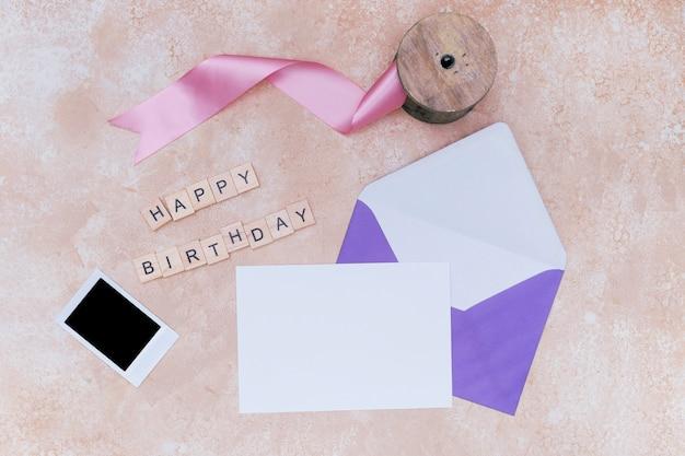 誕生日の招待状のモックアップと紫色の封筒