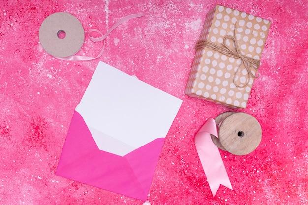 誕生日の招待状のモックアップとピンクの封筒