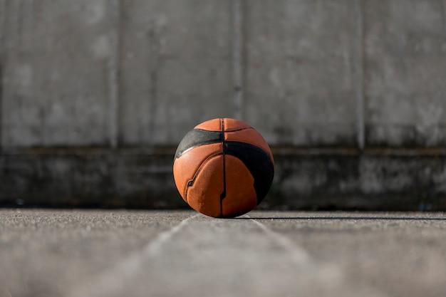 アスファルトの上のローアングルバスケットボール