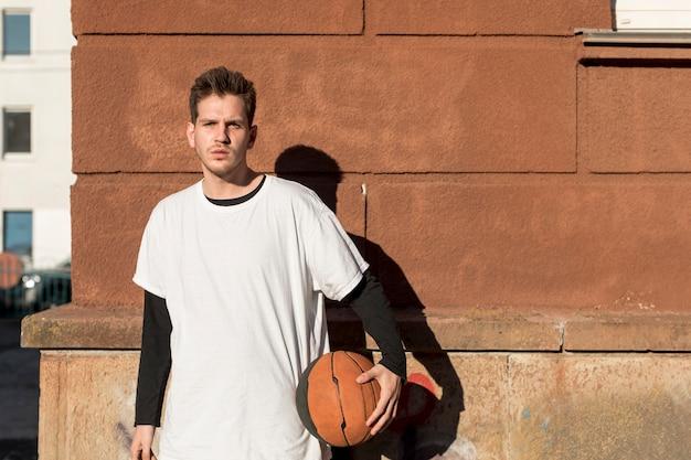 バスケットボールを持つ正面図男