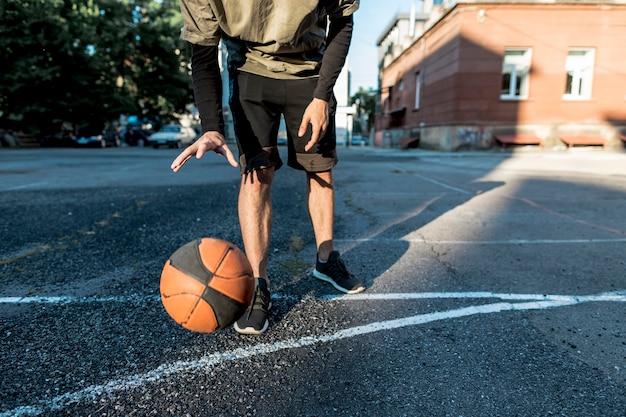 バスケットボールを持つ低ビュー男