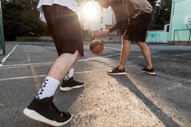 ローアングルの男性がバスケットボールをする